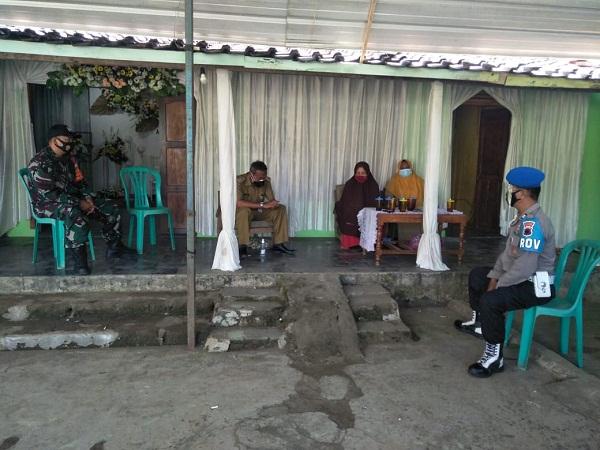 PPKM Darurat, Satgas Covid-19 Kecamatan Jatiroto Memantau Kegiatan Akad Nikah Warganya